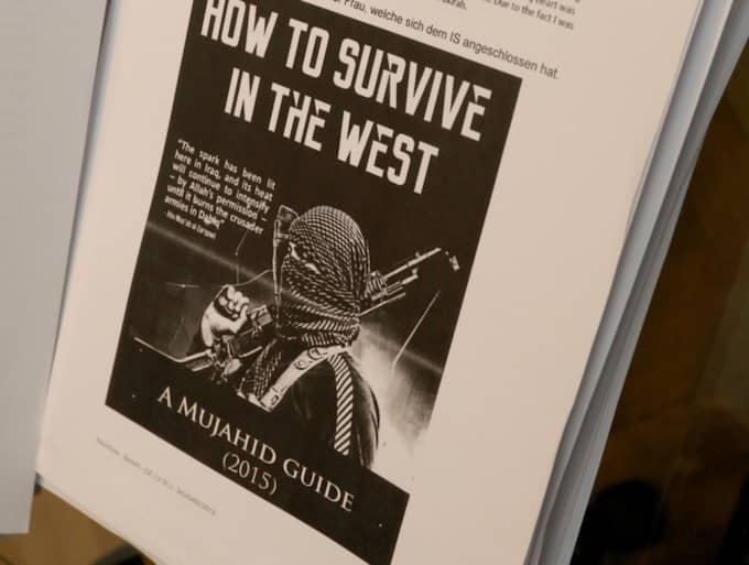 """I Linköpingflickans mobil fanns flera nedladdade böcker, med titlar som """"Så överlever man i väst - en jihadists guide"""" och """"44 sätt att stötta jihad"""". Foto: Kristofer Sandberg"""