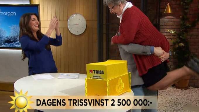 Programledaren Peter Jidhe blev så glad att han lyfte upp Mariann i ett glädjelyft! Foto: TV4