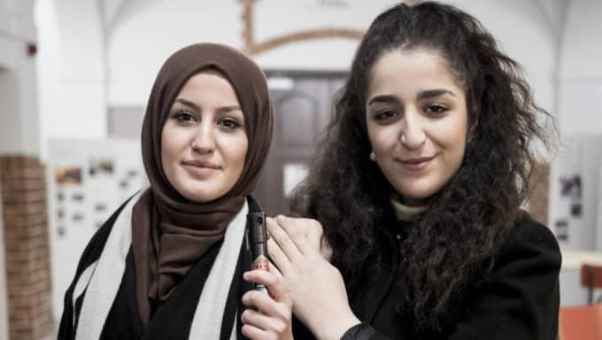 Sara Palani och Asma Abdulhalim säljer försvarssprej. Foto: Privat