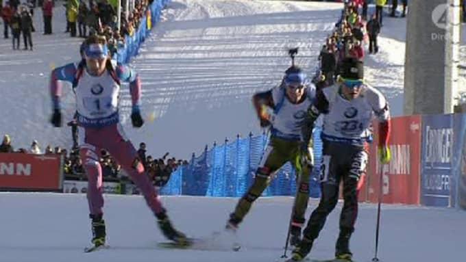 Här kommer Sjipulin och Schempp på upploppet. Japanen Yuki Nakajima fortsätter dock sin resa – och blokerar Schempps väg. Foto: TV4