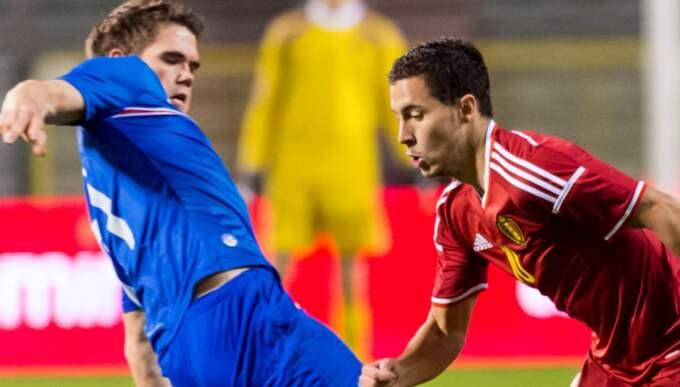 Här i duell med Belgiens storstjärna Eden Hazard. Foto: Geert Vanden Wijngaert