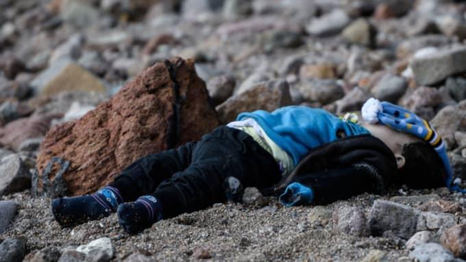 Fyra av de döda ska ha varit barn som var ett till två år gamla enligt kustbevakningen. Foto: Ozan Kose