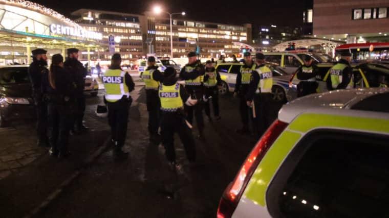 Polisen finns på plats med flera patruller, piketpolis och en polishelikopter finns även i luften och har cirkulerat över Stockholms central. Foto: Rosahelikopter.se