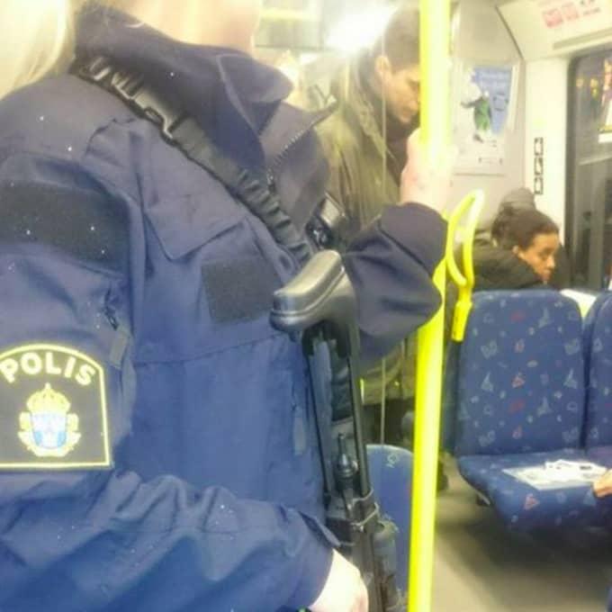 Förstärkningsvapen som bärs av vissa poliser beror på den förhöjda terrorhotnivån från i höstas. Foto: Polisen