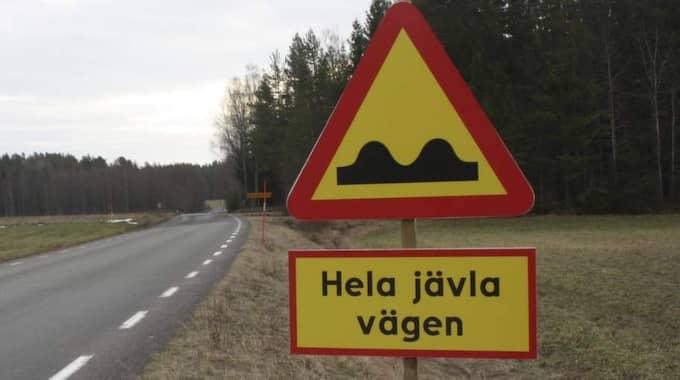 – Det här skrattar vi inte åt, säger trafikingenjören Niklas Segerström om skylten. Foto: Skaraborgs läns tidning