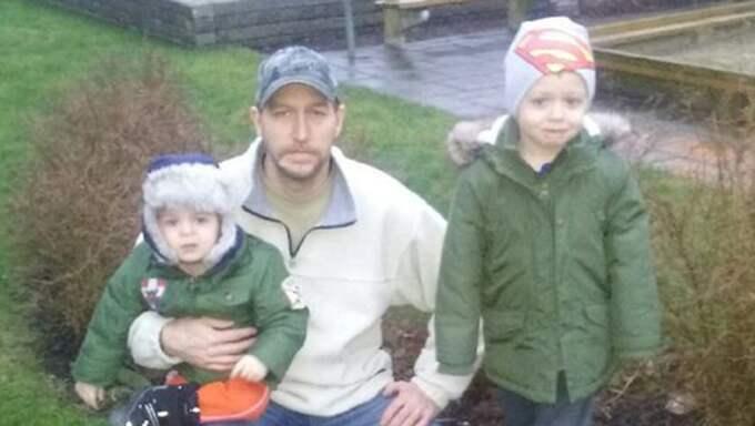 Lars Bengtsson med barnen Anton, 2, och Hugo, 5, får sin trädgård förstörd av en okänd gärningsman som placerar avföring på gräsmattan. Foto: Privat