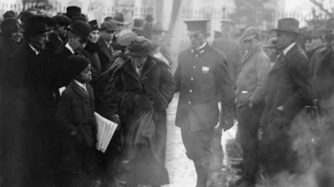 Poliser leder bort en arresterad amerikansk suffragett från en demonstration utanför Vita huset 1918. Foto: EVERETT HISTORICAL