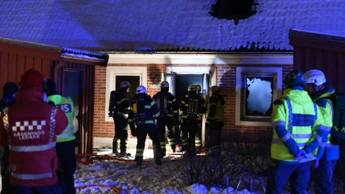 Fyra personer befann sig i bostaden när branden utbröt. Foto: André Tajti/topnews.se