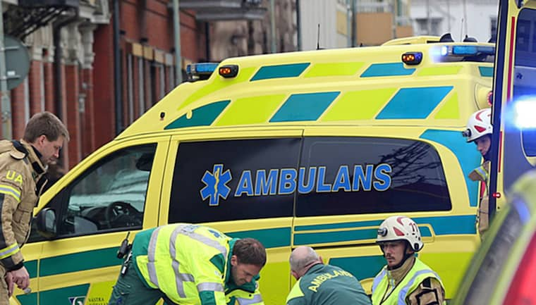 Två personer blev påkörda av en bil i centrala Uddevalla. En av personerna var en rullstolsburen kvinna. Foto: Robert Betzehag / Rescue Photo