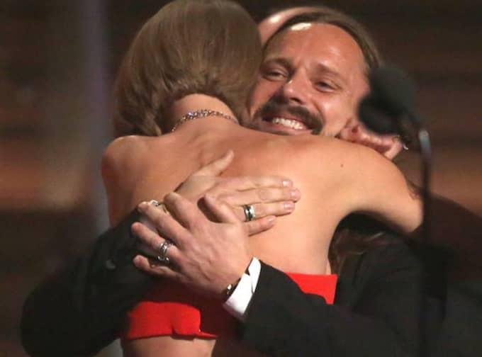 Taylor Swift kramar om svenska Max Martin efter vinsten. Foto: Matt Sayles