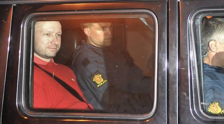Anders Behring Breivik på väg från häktningsförhandlingen. Foto: Scanpix