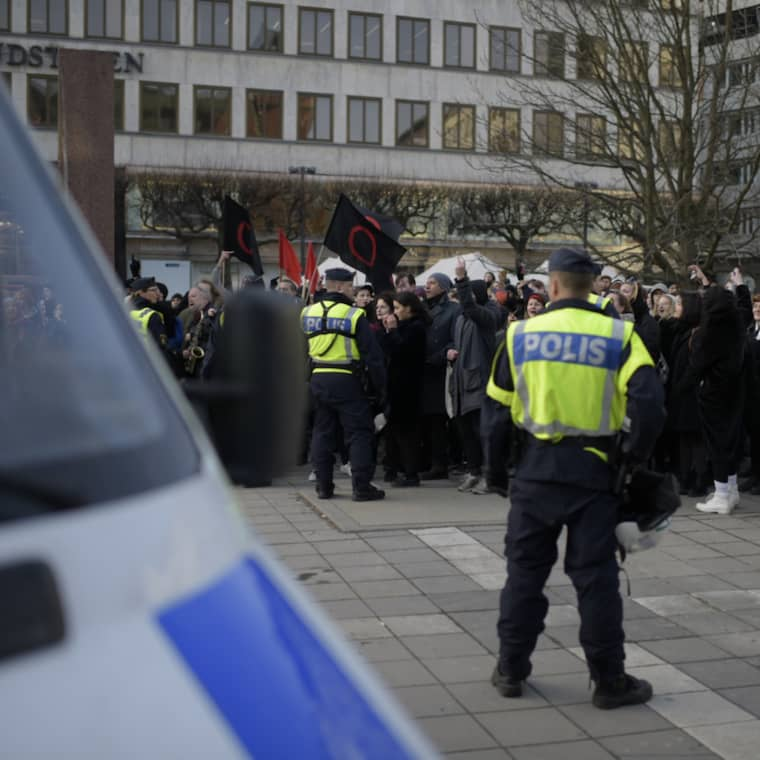 Demonstranter och motdemonstranter har samlats på Norrmalmstorg. Foto: Meli Petersson Ellafi