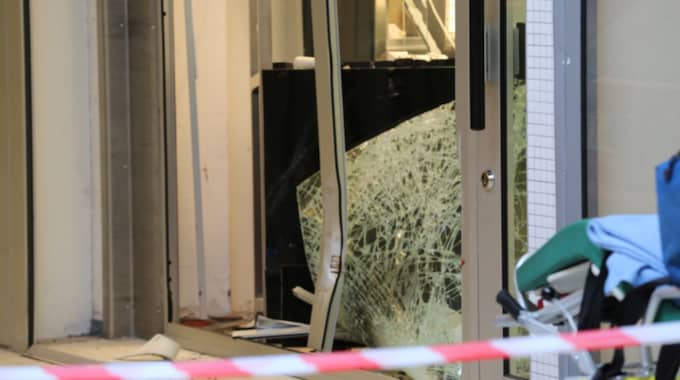 Krossade rutor efter att en bil forcerat en guldsmedsbutik i Stockholm. Foto: Stefan Johansson