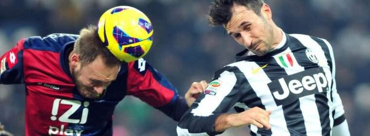 Granqvist och Vucinic kämpar om bollen. Foto: Massimo Pinca