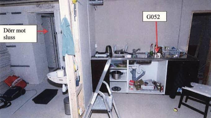 Köket och toaletten var bara avskilda med en vägg. Foto: Polisen