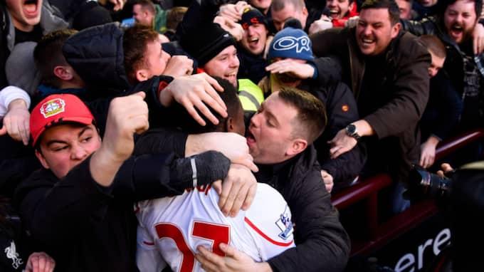 Divock Origi gjorde mål för Liverpool, och fick en kyss av en glad supporter. Foto: Stu Forster