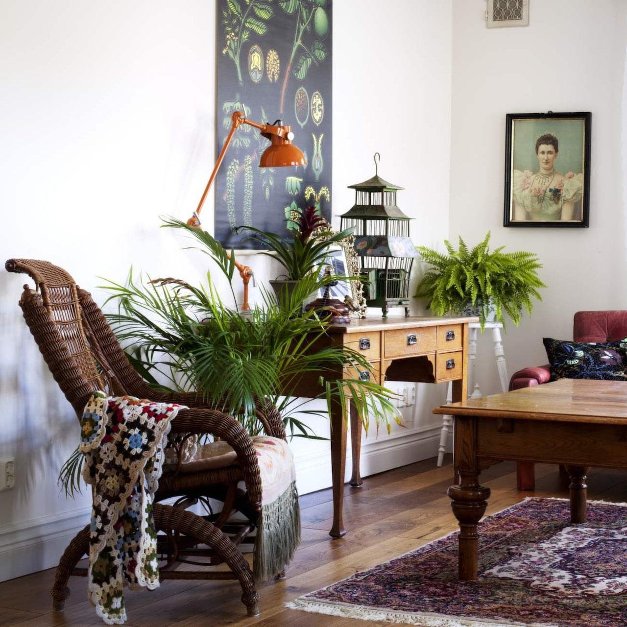 <span>Vardagsrumsbordet är ett Blocketfynd. Sofforna är Bettinas föräldrars gamla från 70-talet. Kuddarna i soffan kommer från Nadja Wedin. Taklampa från Indiska.</span>