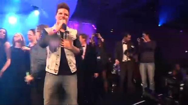 Här firar Robin Stjernberg med champagne