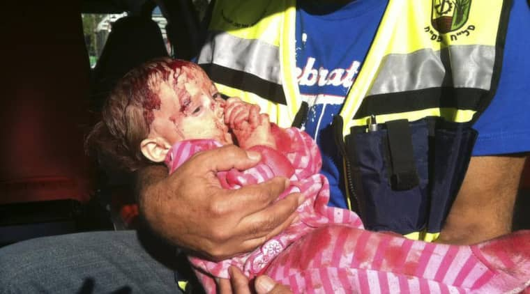 Hamas-missil. Splitterskadade baby Geula, åtta månader, räddades men hennes mamma Mira dog när Kiryat Malachi norr om Gaza besköts med palestinska raketer i förra veckan. Foto: Gideon Rahamim