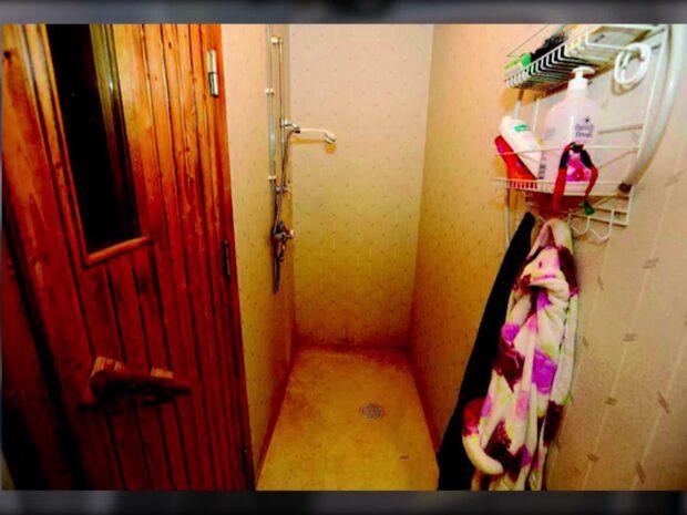 Mördade flickvän och hängde upp henne i duschen