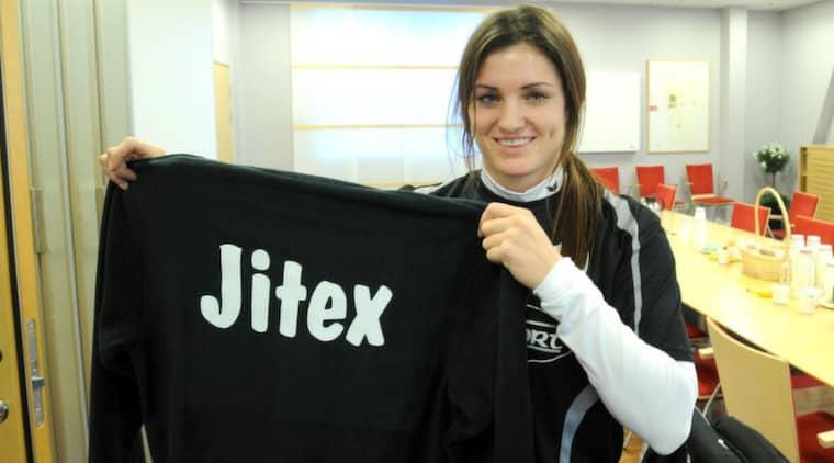 """""""Lite av en kulturchock"""". Christina Julien verkade både blyg och skärrad när hon i går presenterades som senaste Jitex-värvningen. Kanadensiskan har aldrig varit i Sverige förut och känner inte till någon svensk spelare. Foto: Leif Gustafsson"""