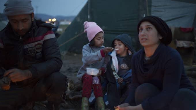 Diana,7 matar Sherko, 2 med gröt. Bredvid Mustafa, 33 och hans fru Najruz Osman, 27. Foto: Meli Petersson Ellafi