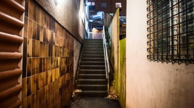 Det var här, vid trappan vid butikens lager, som flickan ska ha blivit antastad av en man som enligt flickans mamma var en tiggare. Foto: Robin Aron