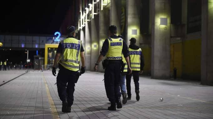 Polisen undersöker området. Foto: Simon Hastegård.