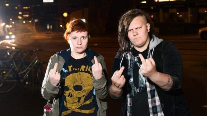 Feministiskt band. Ella Noreen, 23 och Rosanna Rönndahl 27, i feministiska bandet Solanas Cuntz. Foto: Robin Aron