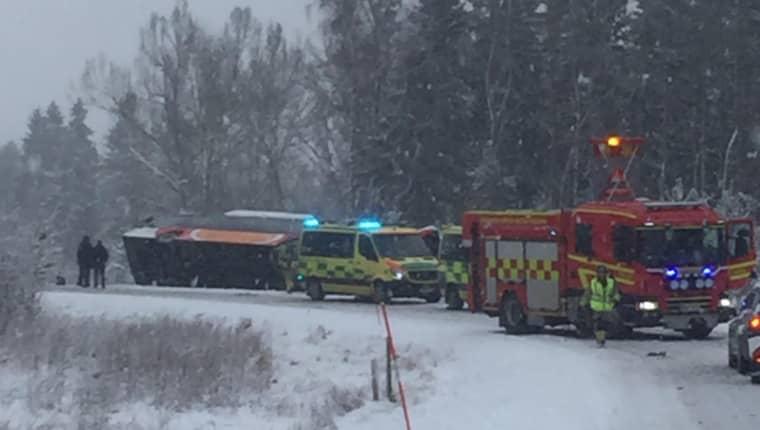 20 personer befann sig på bussen. Två har förts till sjukhus. Foto: Michael Lindgren/MVT