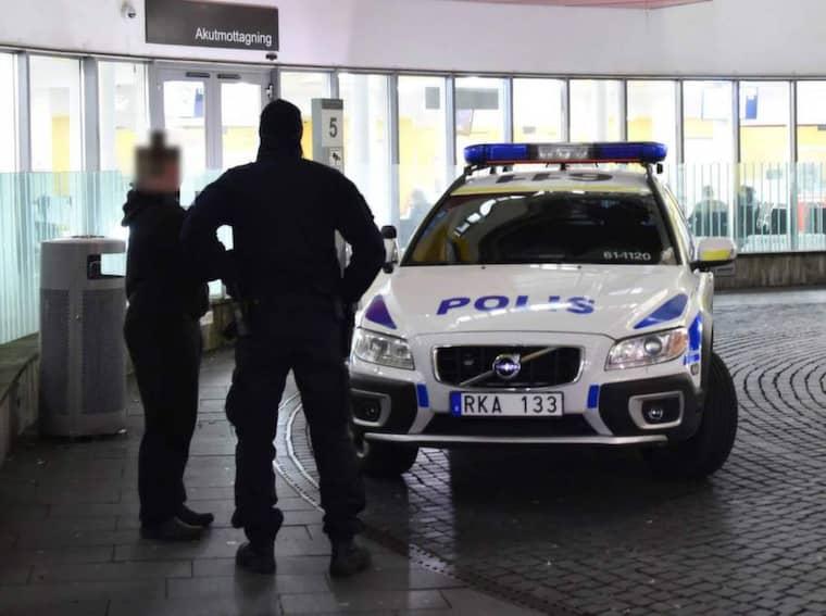 Stoppad av polisen. Här stoppas en av de brottsmisstänkta männen efter det våldsamma tumultet i Malmö natten till söndagen. Mannen hade sökt sig till akutmottagningen efter bråket där han stoppades av polisen. Senare greps och anhölls han misstänkt för mordförsök. Foto: Patric Persson