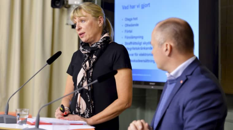 Utredaren Gudrun Antemar och justitieminister Morgan Johansson. Foto: Marcus Ericsson / Tt