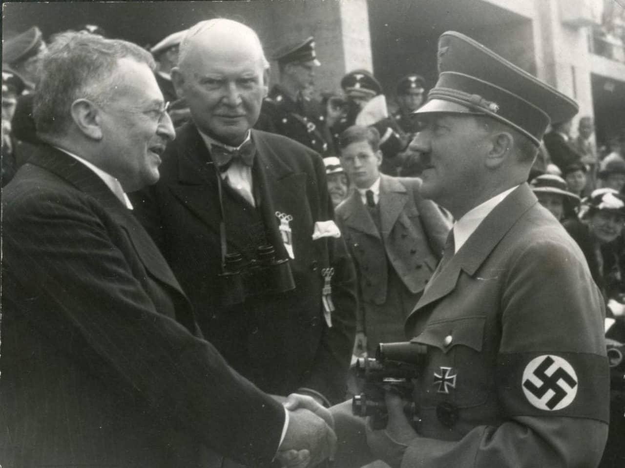 /></p> <p>Efter andra världskriget sveptes han in avståndstagandets tystnad. I officiell svensk historieskrivning om andra världskriget nämns han knappast.<br />Men i själva verket spelade han en viktig roll som regeringens kommunikationslänk till Hitler under krigets inledande år då rädslan för ett tyskt anfall på Sverige var stor, liksom osäkerheten om hur man skulle agera för att undvika det.<br />Sanningen om detta har legat dold i arkiven. Ingen hade intresse av att exponera det verkliga förhållandet; inte Hedin, som inför Hitler och de andra nazipamparna, var mån om att se ut som om han agerade som privatman och på eget initiativ och inte heller regeringen, som för allt i världen inte ville synas associerad med den Hitlerbeundrande gamle upptäckaren.</p> <p>När Hedin senare skrev en bok om sina möten med Hitler, Göring, Himmler, Goebbels och Ribbentrop, tänkte han nämna en av sina uppdragsgivare, överståthållaren (Stockholms landshövding) Torsten Nothin. Men när Nothin fick läsa manus och upptäckte sitt namn, bad han Hedin stryka det. Hedins bok fick i stället den oskyldiga - och felaktiga - titeln