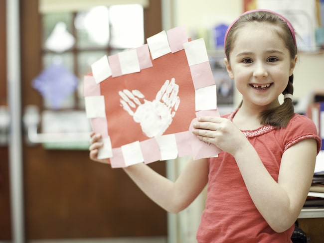 Hjärtformade händer på en fin teckning blir ett perfekt alla hjärtans-pyssel för barnen att göra och ge bort.