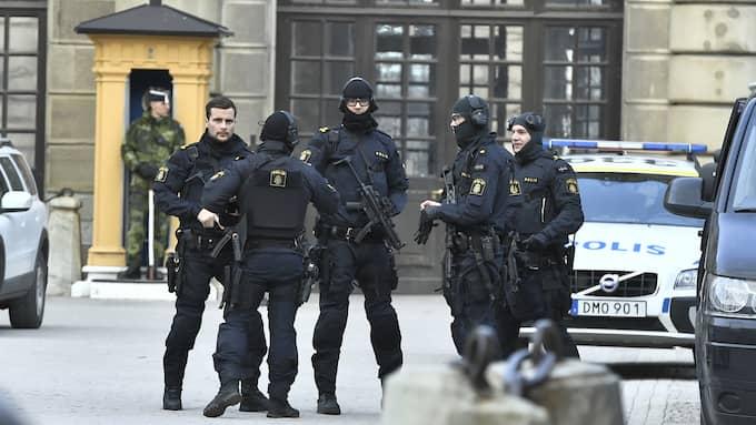 Beväpnade poliser utanför Stockholm slott. Foto: CLAUDIO BRESCIANI/TT