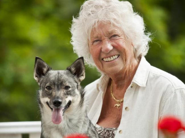 """Barnbro Börjesson är hundinstruktör. Hon medverkar som hundexpert i SVT:s """"Go'kväll"""" sedan fjorton år tillbaka och har skrivit ett antal hundböcker, bland annat """"Barbros bästa råd till hundägare""""."""