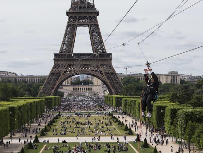 Till och med den 11 juni kan du åka zipline från Eiffeltornet i Paris.
