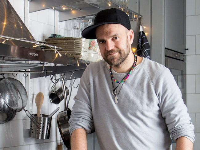 Stiko Per Larsson, aktuell i Melodifestivalen, i sitt renoverade kök i timmerhuset i Insjön, Dalarna.