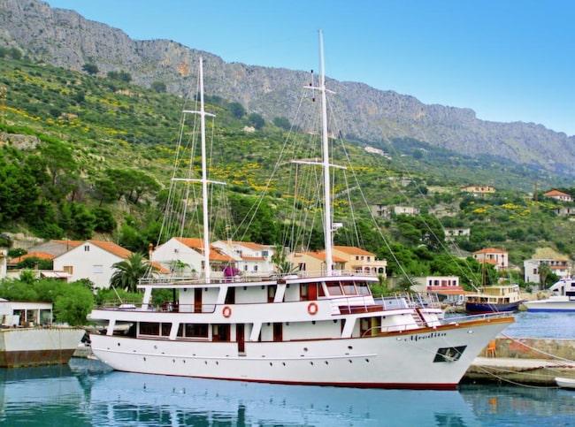 MS Afrodita som är vårt hem under kryssningen har 19 hytter och för- och akterdäck med inbjudande solstolar.