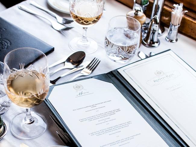 Lunchen dukas elegant med kristallglas och nymanglade dukar.