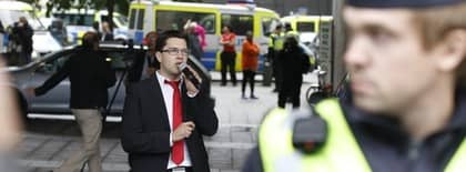 Jimmie Åkesson hade svårt att göra sig hörd när han talade vid Sergels torg på torsdagen. Motdemonstranter gjorde sitt bästa för att överrösta SD-ledaren. Foto: Sven Lindwall