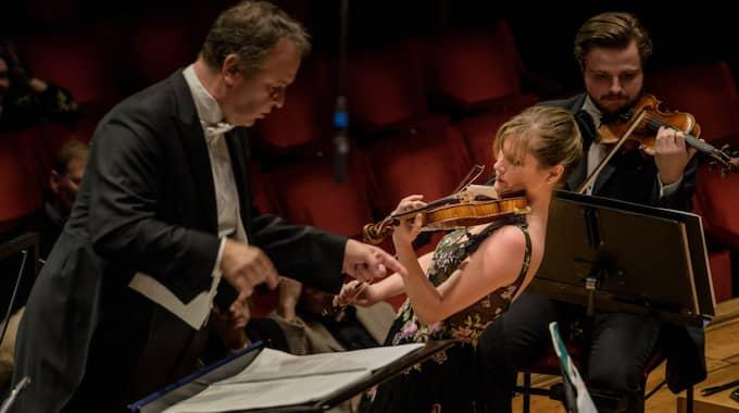 Sakari Oramo dirigerar Kungliga filharmonikerna och Lisa Batiashvili. Foto: Jan-Olav Wedin