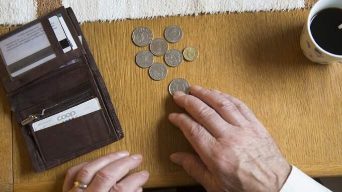 """Många pensionärer tvingas vända på varenda krona. """"En del avundsjuka personer påpekar att jag har pengar sparade. Men skulle jag göra allt de föreslår skulle jag sitta här utan ett öre. Pengarna ska räcka i några år till"""", säger Birgitta Larsson. Foto: Fredrik Sandberg/TT NYHETSBYRÅN"""