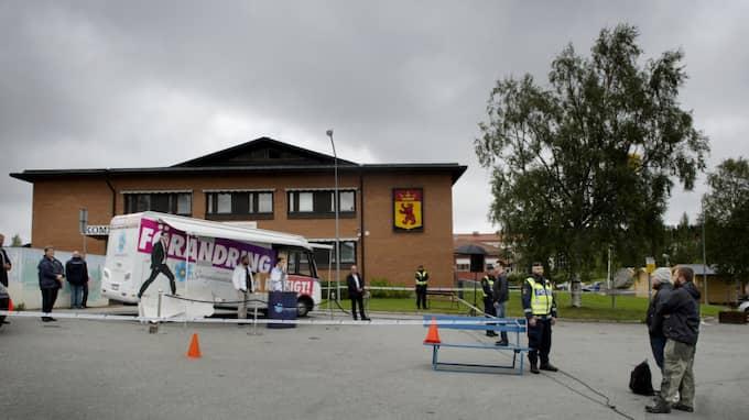 Bilden av Jimmie Åkesson när han talade på en parkeringsplats i Dorotea. Inte många kom för att lyssna. Foto: Robban Andersson / ROBBAN ANDERSSON EXPRESSEN