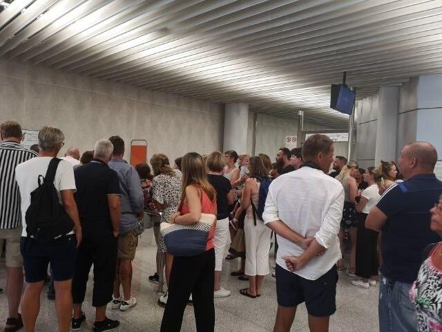 Totalt väntar 350 resenärer på att flyga till Sverige.