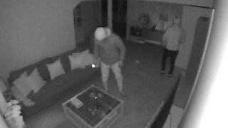 Tre inbrottstjuvar fångades på en kamera i samband med inbrottet i Tommy Pålssons villa. Foto: Verisure.