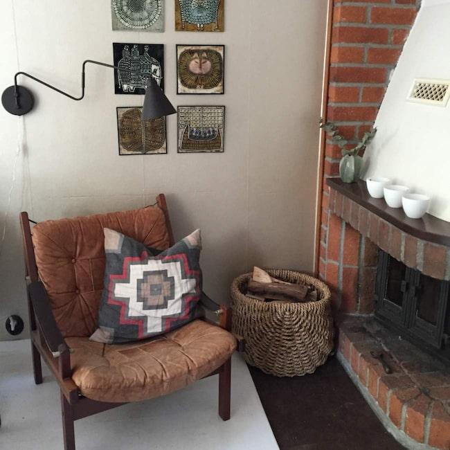 <span>Den ärvda skinnfåtöljen från svärmor och Lisa Larsson-tavlor i Marias favorithörn hemma.</span>
