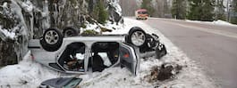 Bil med kvinna voltade i halkan