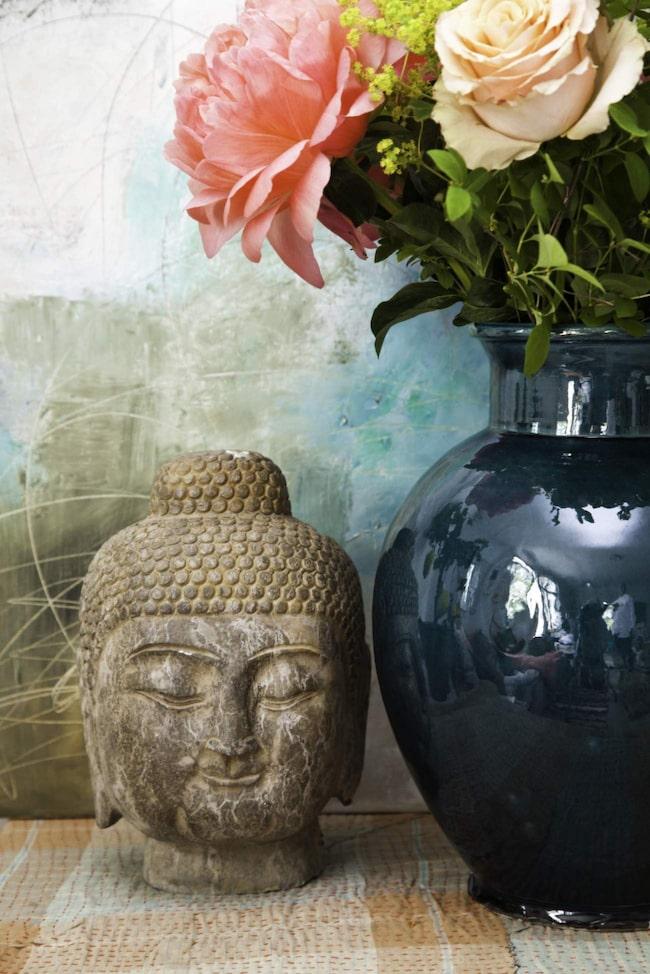 Blommor. Blommor. Buddhahuvud, 1 100 kronor, Annuzza. Vas, 695 kronor, quiltad pläd, 995 kronor, båda från Spiti. Blommor från Makalösa blommor.