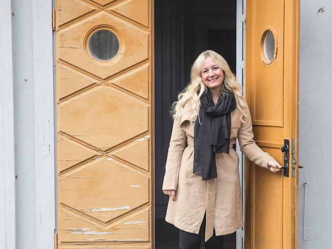 Populära bloggaren och influencern Mirelle Stoor välkomnar vid husets charmiga dörrpar.